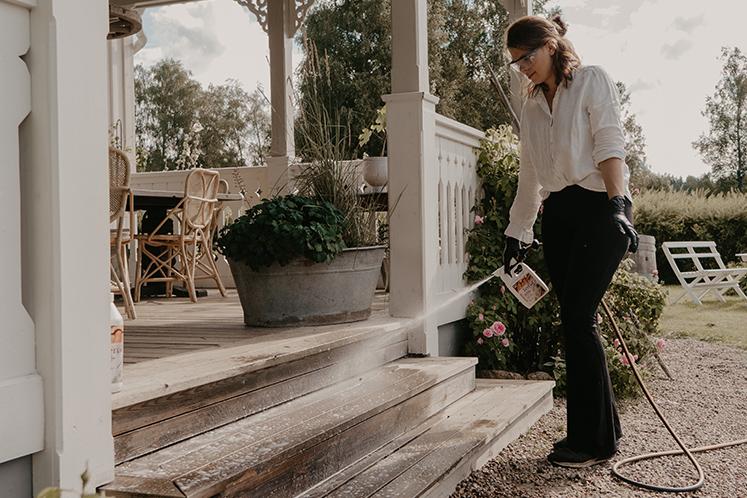 Johanna Berglund rengör altanen med Tercol Ejektor